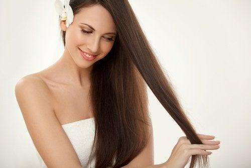 uzun düz saçlı kadın