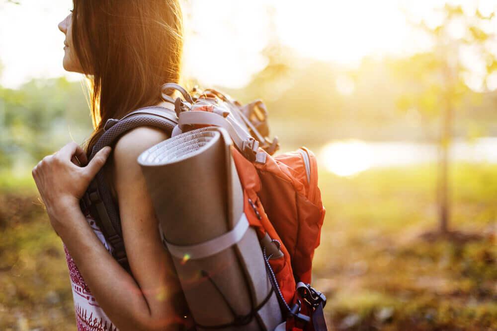yalnız seyahat eden kadın