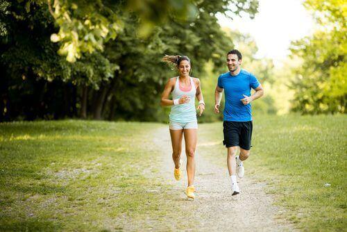 koşu yapan çift