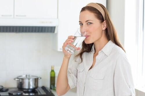 düşük tansiyon için su içmek
