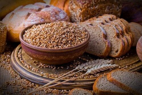tahıllı ekmekler ve buğday taneleri
