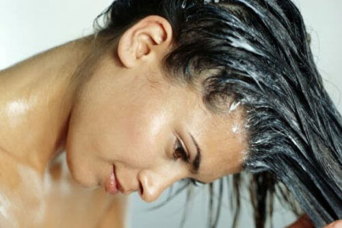 saçına maske yapan kadın