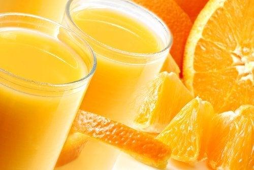 portakal dilimleri ve iki bardak meyve suyu