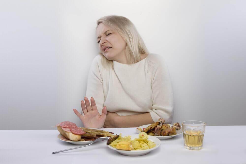karnı ağrıyan kadın