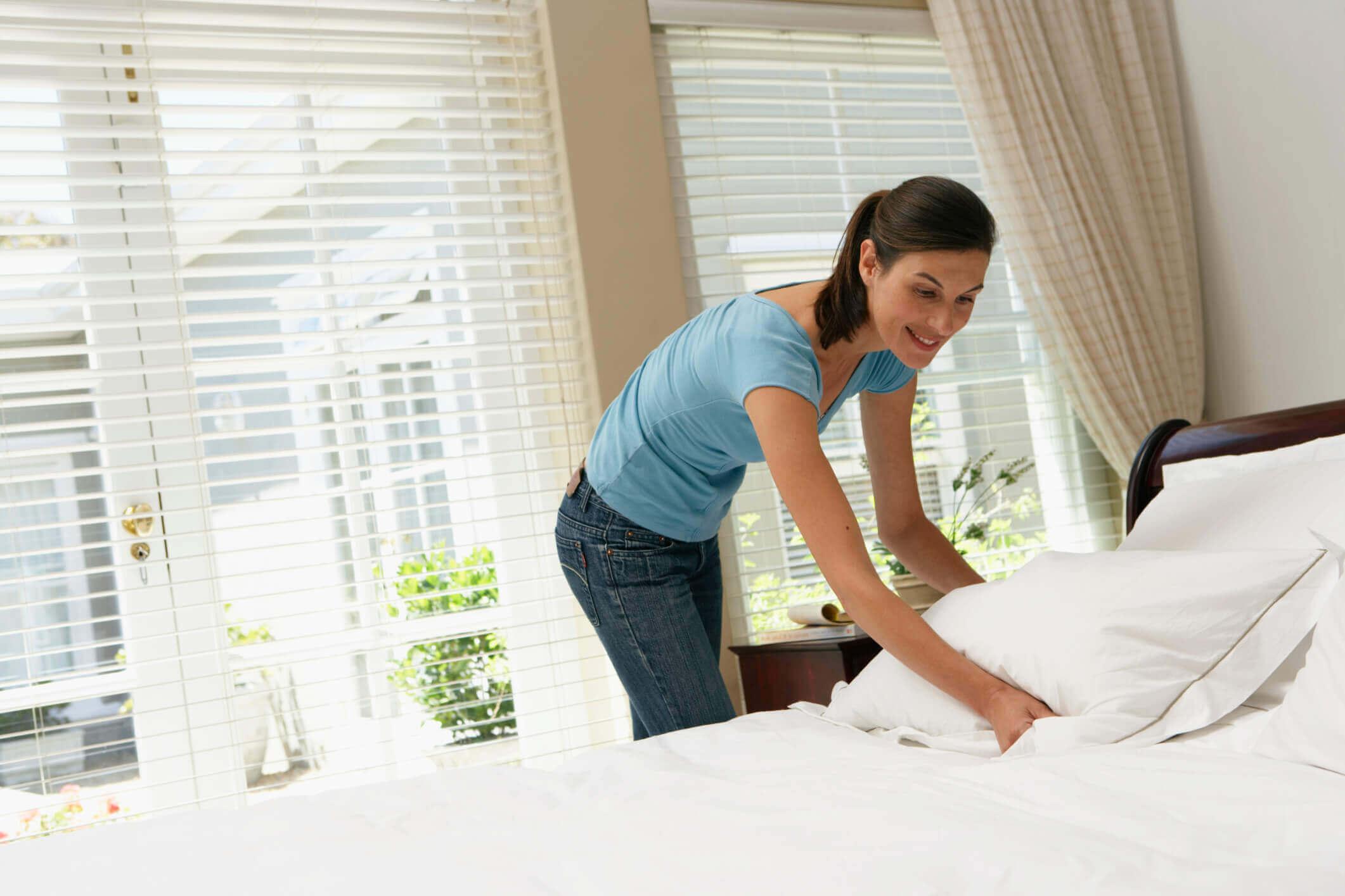yatağını toplayan kadın