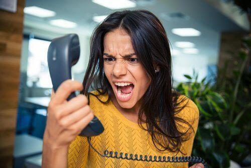 telefona bağıran kadın