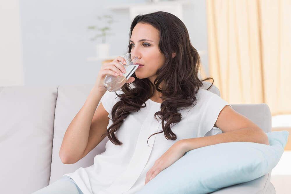 göz altı torbalarını azaltmak için bol su içmek