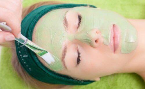 ışıl ışıl bir cilde sahip olmak için avokado maskesi