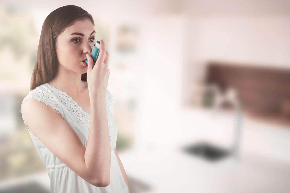 solunum spreyi kullanan astım hastası kadın