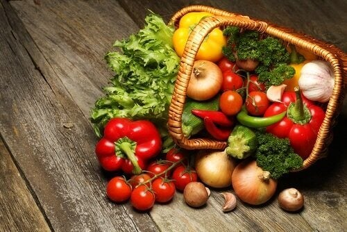 bir sepet dolusu çeşitli sebze ve sebze çorbası
