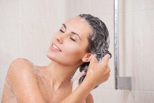 ev yapımı şampuanla saçını yıkayan kadın