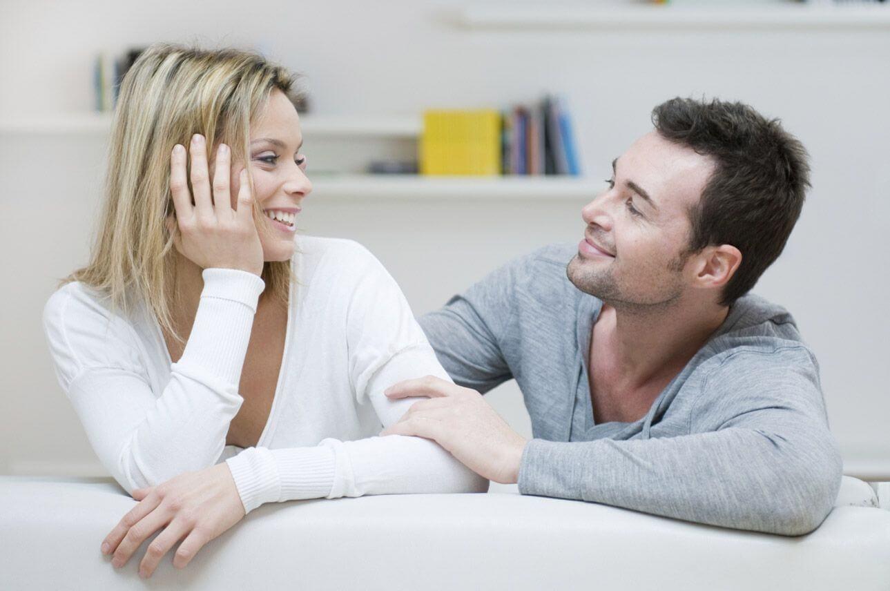 dokunarak konuşan mutlu çift