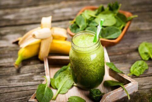 muz ve küçük kavanoz yeşil smoothie