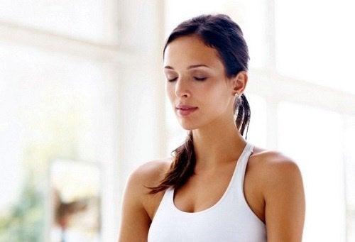 nefes alma tekniği uygulayan kadın