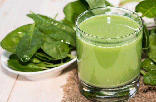 bir bardak yeşil smoothie