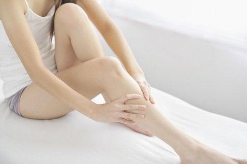 bacaklarını uzatmış oturan kadın
