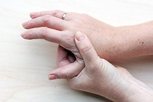 elini tutan kadın