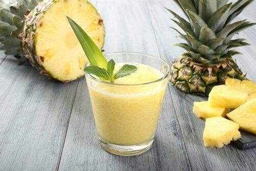 bir bardak ananaslı smoothie