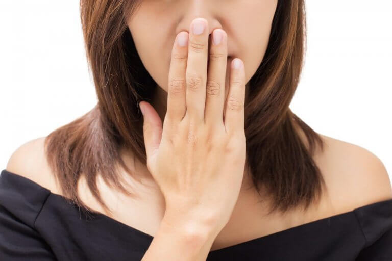 ağzı koktuğu için saklayan kadın