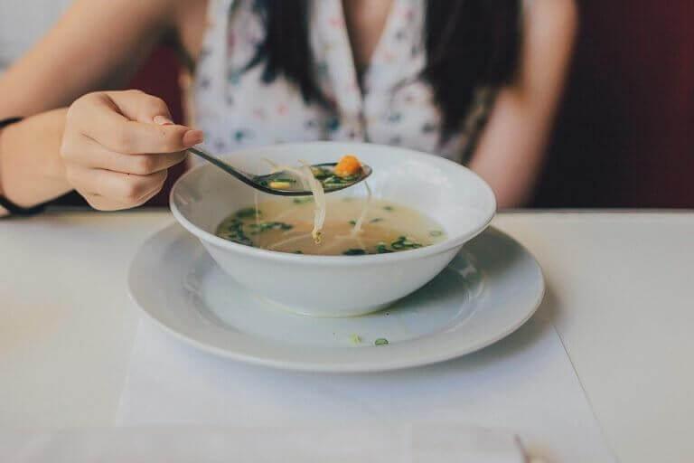 çorba içen kadın