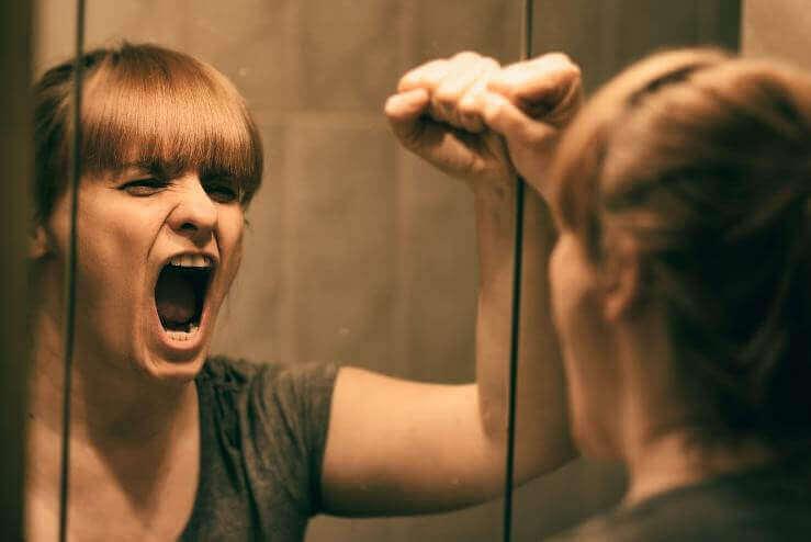 duygusal acılar içinde bağıran kadın