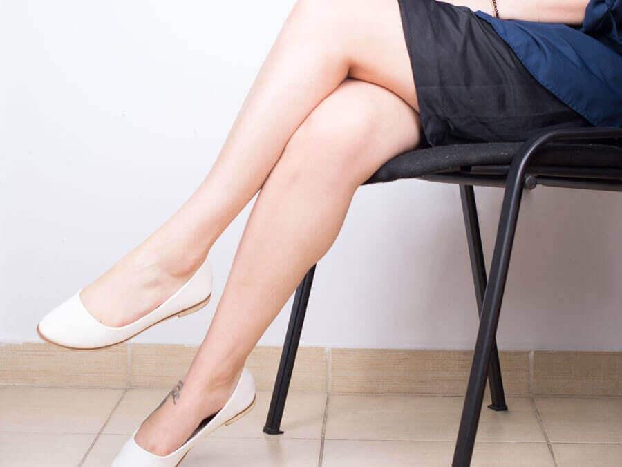 bacak bacak üstüne atmış oturan kadın
