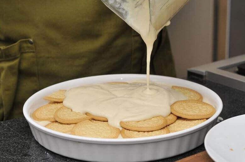 bisküvilere tatlı karışımı dökmek