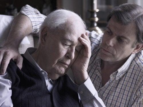 başı ağrıyan babasının yanında adam