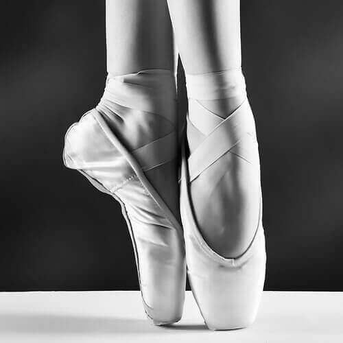 bale ayakkabısı ile parmak ucunda durmak