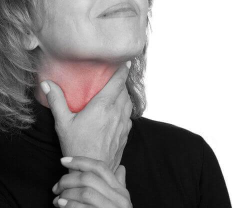 boğazı ağrıyan kadın