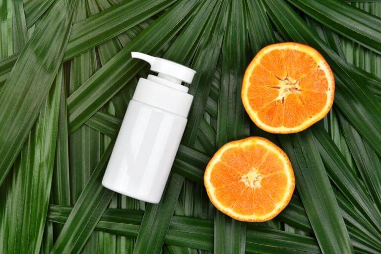 yaprakların üstünde portakal ve kremi