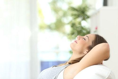 rahatlamaya çalışan kadın
