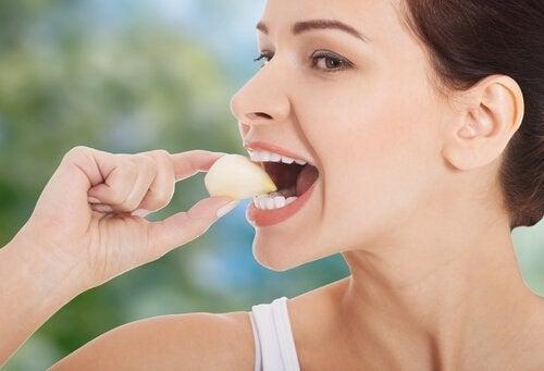 sarımsak yiyen kadın