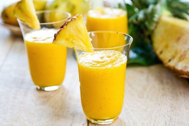 iki bardak sarı smoothie