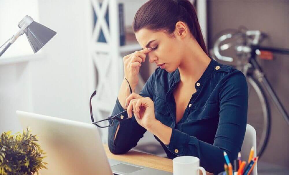 çalışmaktan yorgun düşmüş kadın