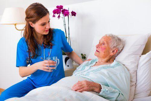 yaşlıya bakan sağlık görevlisi