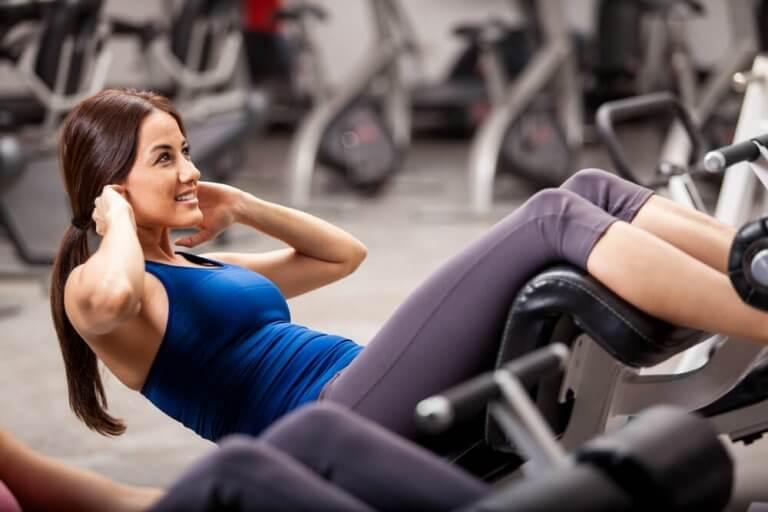 spor salonunda egzersiz yapan kadın