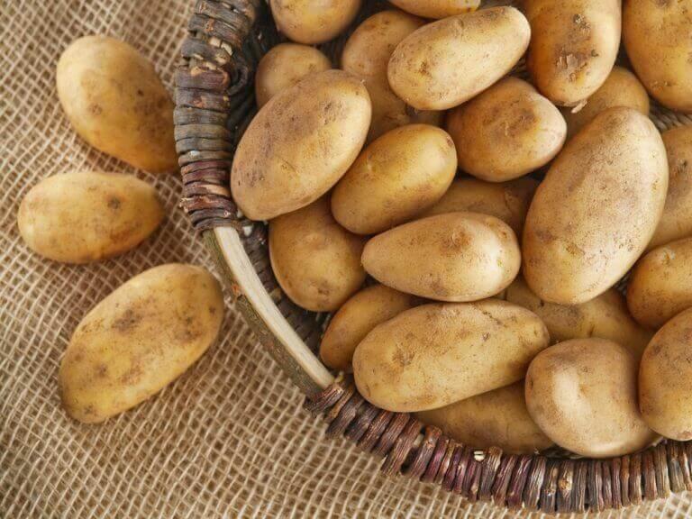 hasır sepette patatesler