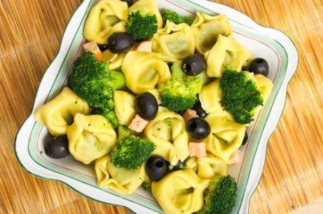 brokoli ve raviolili salata
