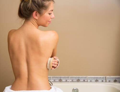 kolayca kilo vermek için duşta masaj yapan kadın