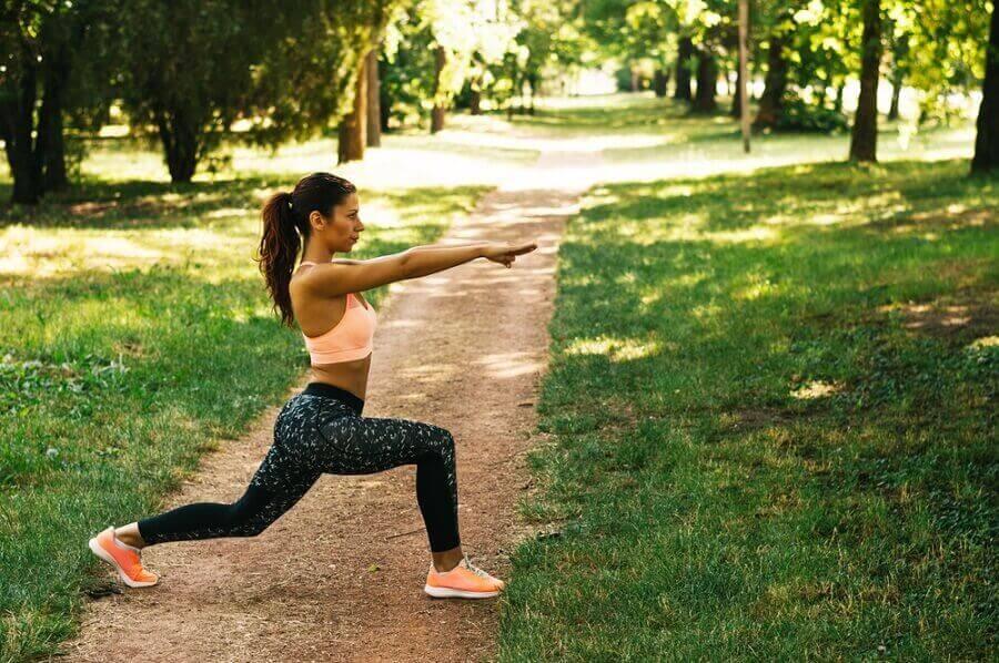 parkta spor yapan kadın