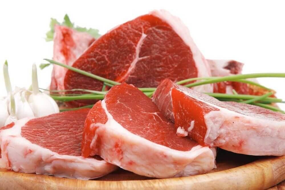 bir tabak çiğ kırmızı et dilimi