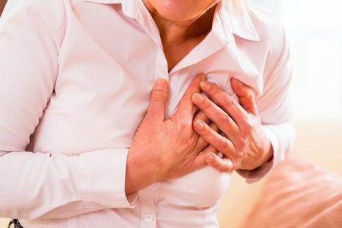 beyaz gömlekli kalp krizi