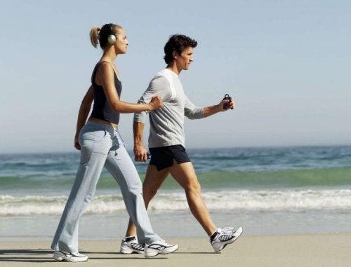 sahilde yürüyüş yapan bir çift
