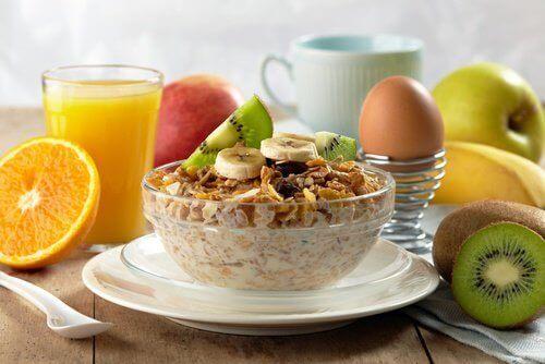 yulaf, meyve ve yumurta kahvaltısı