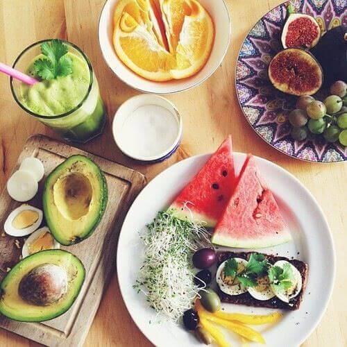 çeşitli meyvelerin olduğu kahvaltı