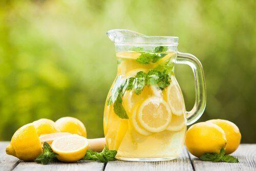 bir sürahi limon suyu