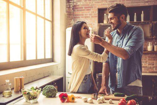 yemek yiyen mutlu insanlar