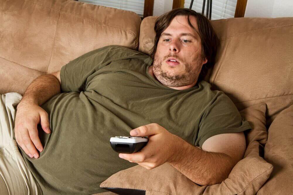 televizyon karşısında obez bir erkek