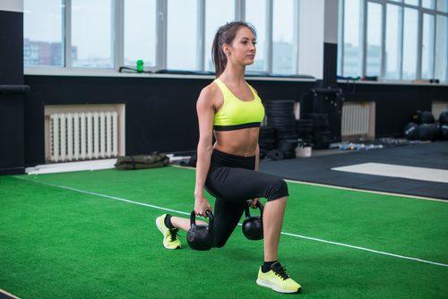 uyluk egzersizi yapan kadın